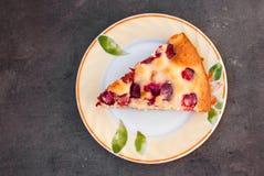 Wiśnia tort na talerzu Zdjęcia Royalty Free