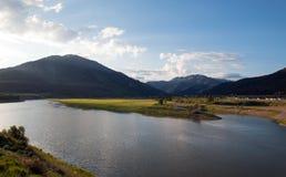 Wi się rzekę pod cumulus chmury niebem w Alpejskim Wyoming Fotografia Stock