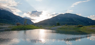 Wi się rzekę przy zbieżnością Siwiałam rzeka pod cumulus chmury niebem w Alpejskim Wyoming Zdjęcia Royalty Free