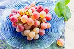 Wiązek winogron Szklany talerz zdjęcia stock