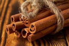 Wi?zka cynamon wi?za? z arkan? na drewnianym tle w g?r? zdjęcie stock