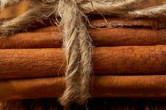 Wi?zka cynamon wi?za? z arkan? na drewnianym tle w g?r? zdjęcia stock