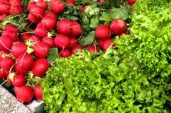 Wiązka czerwona borówka na stole w rynku Obraz Royalty Free