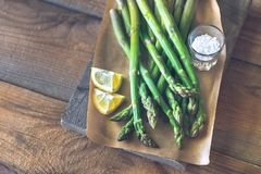 Wi?zka gotuj?cy asparagus obrazy stock
