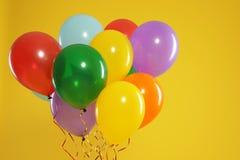 Wi?zka jaskrawi balony na koloru tle ?wi?towanie czas zdjęcia stock