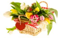 Wiązka kolorowi tulipany w koszu z sercem   Obraz Royalty Free