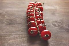 Wiązka pomidory na drewnianym tle Zdjęcia Stock