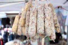 Wiązka salami na rynku ja Fotografia Royalty Free