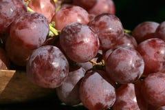 Wiązka winogrona na drewnianym stole stary, dom na wsi obrazy stock