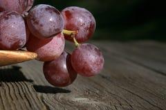 Wiązka winogrona na drewnianym stole stary, dom na wsi obraz stock