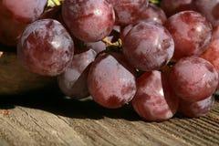 Wiązka winogrona na drewnianym stole stary, dom na wsi fotografia stock