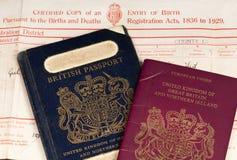 Świadectwo urodzenia i Brytyjski paszporty Fotografia Stock