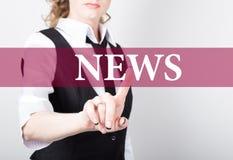 Wiadomość pisać na wirtualnym ekranie Technologii, interneta i networking pojęcie, kobieta w koszula czarnych biznesowych prasach Obrazy Royalty Free