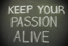 Wiadomość 'utrzymanie twój pasyjny żywy' pisać w biel kredzie na blac zdjęcia royalty free