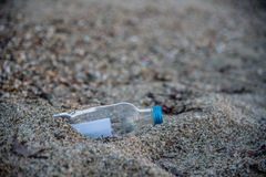 Wiadomość w butelce wtykającej w piasku Fotografia Stock