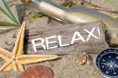 Wiadomość w butelce z drewnem, chalkboard i morską dekoracją, fotografia royalty free
