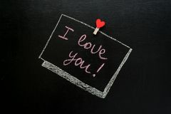 Wiadomość walentynki ` s dzień, kocham ciebie pisać z kredą na łupku Obrazy Stock