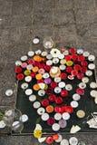Wiadomości, świeczki i kwiaty w pomniku dla ofiar, Obrazy Stock