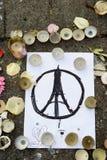 Wiadomości, świeczki i kwiaty w pomniku dla ofiar, Zdjęcie Stock