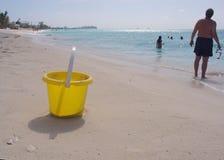 wiadro na plaży Fotografia Stock