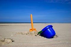 wiadro na plaży spade Obrazy Royalty Free