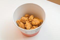 Wiadro pieczonych kurczaków gorący skrzydła w KFC Kentucky Fried Chicken fascie food Obrazy Royalty Free