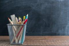 Wiadro z coloured ołówkami na drewnianym stole kątomierz zamknięta cyrklowa szkoła ximpx cyrklowy Popiera szkoła i edukaci pojęci obraz royalty free