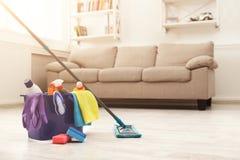 Wiadro z gąbkami, substancj chemicznych butelkami i mopping kijem, Obrazy Royalty Free