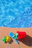 Wiadro z klingeryt plażą bawi się blisko basenu Fotografia Stock