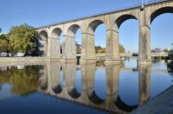 Wiadukt na rzecznym Mayenne przy Laval w Francja Obrazy Royalty Free