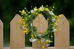 Wianek dzicy kwiaty na drewnianym ogrodzeniu Obraz Stock