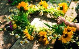 Wianek wildflowers na starym drewnianym tle zdjęcia stock