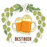 Wianek z chmielowym i szkła piwo Kwiecisty skład z chmiel rożkami, opuszcza i rozgałęzia się royalty ilustracja