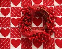 Wianek z czerwonymi jagodami i sercami Fotografia Royalty Free
