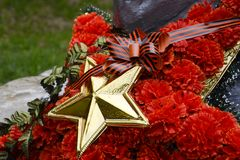 Wianek z gwiazdą na zabytku 40 zwalczają się już dni chwały wieczne faszyzm kwiatów pamięci bohaterów honoru dużych nieatutowych  Zdjęcia Stock
