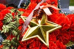 Wianek z gwiazdą na zabytku 40 zwalczają się już dni chwały wieczne faszyzm kwiatów pamięci bohaterów honoru dużych nieatutowych  Obrazy Stock