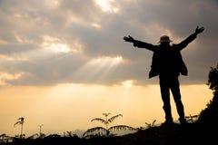 Wiara chrze?cija?ski poj?cie: Duchowa modlitwa oddaje s?o?ce po?ysk zdjęcia stock