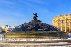 Świat Zegarowa fontanna na Manege kwadracie moscow zima Zdjęcie Royalty Free