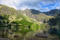 Światła i cienie od jaskrawego chmurnego nieba na jeziorze Fotografia Royalty Free