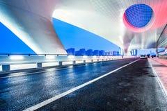 Światło ślada na ruchu drogowym przy sztachetową stacją Obrazy Royalty Free
