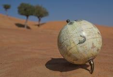 Światowa kula ziemska w Arabskiej pustyni piasku Zdjęcie Stock