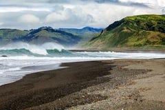Wiatr batożyć fala rozbijają na wybrzeżu Kalifornia który rozciąga out dla mil z uroczymi zielonymi wzgórzami wzdłuż Przegranego  Zdjęcia Royalty Free