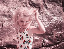 Wiatr bawi? si? w?osy w blond dziewczynie na pla?y fotografia stock