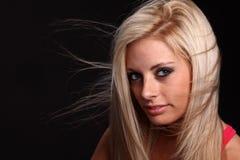 Wiatr dmuchająca Blond Młoda Kobieta Fotografia Royalty Free