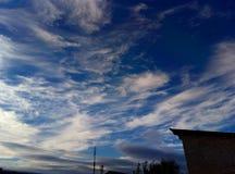 Wiatr i Chmurnieje spojrzenia bardzo pięknych w niebie fotografia royalty free