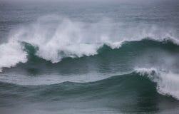 Wiatr i fala Atlantycki ocean przy wybrzeżem Portugalia Zdjęcia Stock