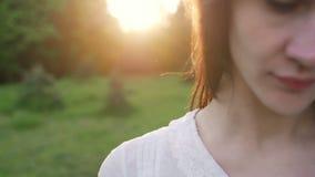 Wiatr rozwija włosy uśmiechniętej młodej kobiety zbiory