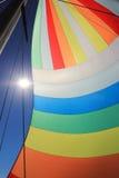 Wiatr wypełniał kolorowego spinnaker żagiel Zdjęcia Royalty Free