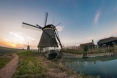 Wiatraczek i most wzdłuż kanału w Holandia Piękna scena przy zmierzchem obraz stock
