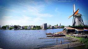 Wiatraczek wzdłuż wody, Holandia holandie Zdjęcie Royalty Free